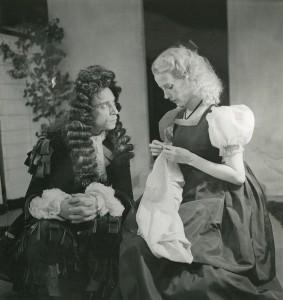 """""""L'École des femmes"""", acte II, scène 5 : Arnolphe (Louis Jouvet) et Agnès (Madeleine Ozeray). Cote BIU Lsh : RTC 10/5"""