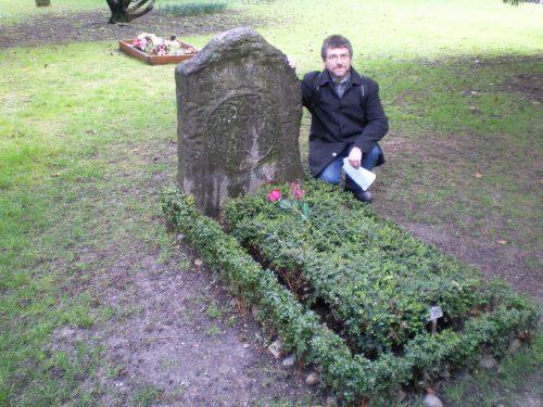 """La tumba de borges en Ginebra, donde figura la conmovedora inscripción """"y no temieron"""", llena de sentido épico"""