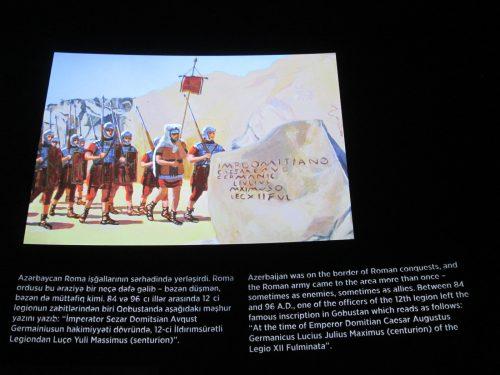 En uno de los paneles del centro de interpretación de Qobustán encontramos esta representación, perfectamente centrada, algo que no responde a la realidad.