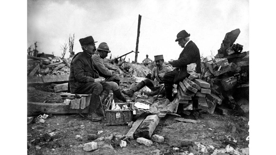 le-president-georges-clemenceau-mangeant-avec-des-soldats-francais-dans-les-tranchees-pres-de-maurepas-somme-en-1917