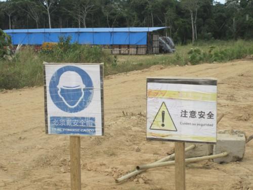 A l'entrée du campement Porvenir où sont installés les baraquements des ouvriers chinois et boliviens toutes les indications sont dans les deux langues. L'entreprise chinoise (CAMC Union) a été sélectionnée pour construire l'usine de transformation de la canne à sucre pour un coût de 168 millions de dollars. L'usine vendue clef en main devrait être achevée en 2014.