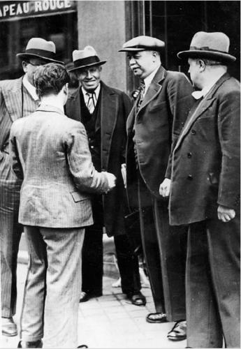 Vaillant-Couturier, André Marty et Pierre Semard rencontrant des journalistes à l'issue de la réunion du Bureau politique du PCF du 14 mai 1936 - photo CHS
