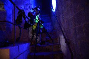 Numérisation 3D sur le terrain : le scanner à projections de frange permet d'enreristrer les murs gravés à l'échelle inframillémétrique (Photo : DRAC-Hauts-de-France, Service Régional de l'archéologie)