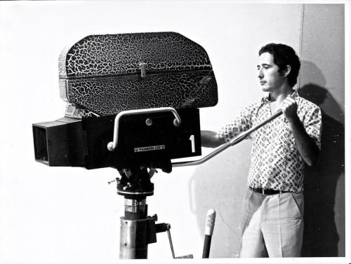 Télé Bouaké : Bernard Baissat manipule une caméra mixte 16 mm et vidéo Thomson (vers 1970-1974) - photographie : collection personnelle Bernard Baissat