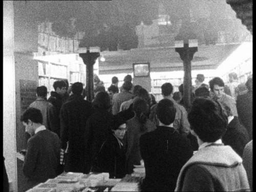 """Magazine « Vidéo 5 » à la librairie La Joie de lire (Paris) fondée par François Maspero - extrait du film """"Ce n'est qu'un début, continuons le combat"""" de Claudia von Alemann (1968/1969)"""