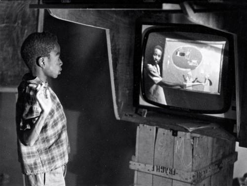 Dans une école du Niger, un élève suit un enseignement entièrement télévisé diffusé par Télé Niger (vers 1968-1970) - photographie : Bernard Baissat
