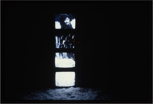 """Exposition de l'installation """"Le Plein de plumes"""" à la Biennale de Paris 1980 - Photographie : Patrick Bousquet - Fonds Michel Jaffrennou / BnF"""