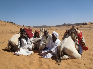 The camel drivers waiting the tourists near the pyramids of Méroé (November 2012) © Franck Derrien