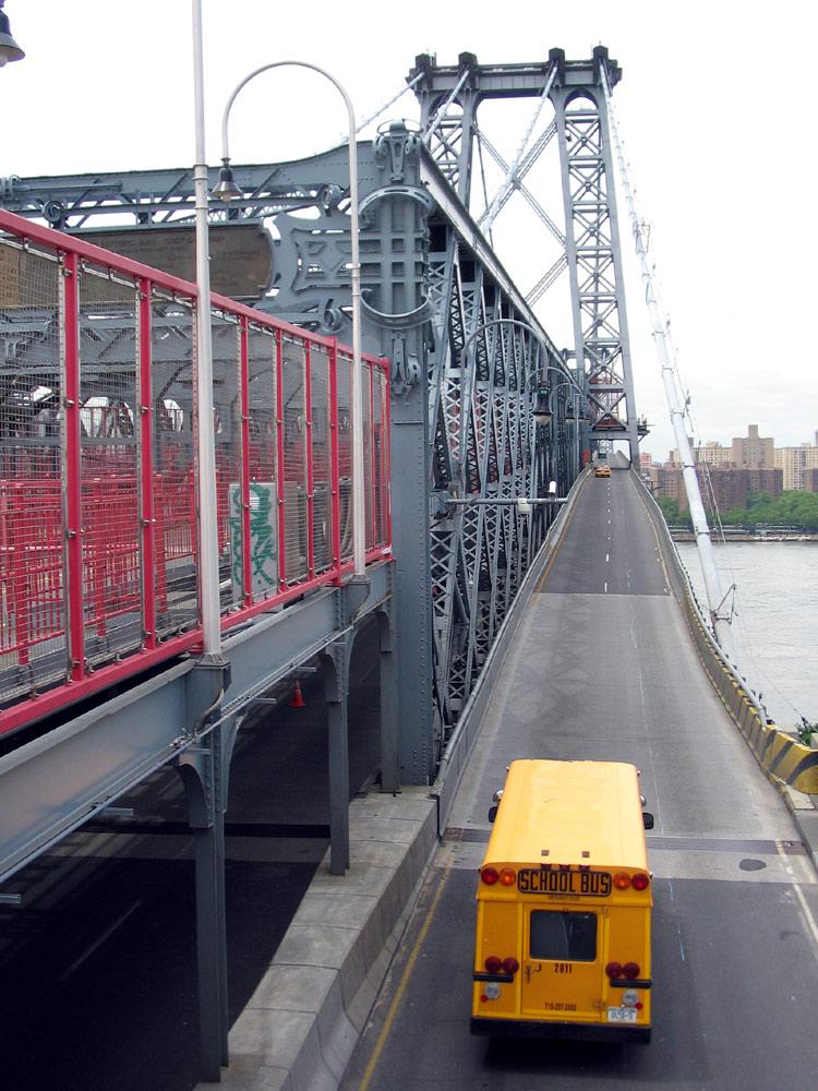 Williamsburg Bridge : schoolbus, par Doc(q)man. Publié sur FlickR sous licence Creative Commons Paternité, pas d'utilisation commerciale.
