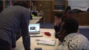 Des élèves en pleine recherche de documentation
