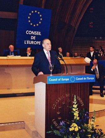 Heydar Aliev au moment de son discours d'intronisation au sein du Conseil de l'Europe, 25/01/2001. Source aliyevheritage.org