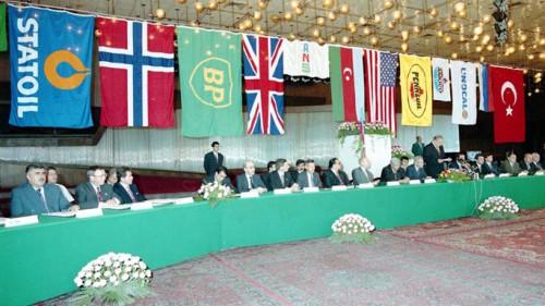 """Photo le jour (24 Septembre 1994) de la signature du """"Contrat du siècle"""" entre l'Azerbaidjan et des compagnies étrangères, pour la plupart occidentales (80% des parts du partenariat) pour l'exploitation du champ pétrolier """"Azeri Chirag Guneshli"""" (ACG), encore aujourd'hui, la plus importante source de revenues pour l'Azerbaidjan : parmi les principaux contractants Statoil de Norvège, BP de GB, Amoco des USA. Source bp.com"""