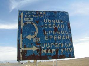 Sevan Highway sign in Armenia par Thomas Frederick Martinez (CC 2.0)
