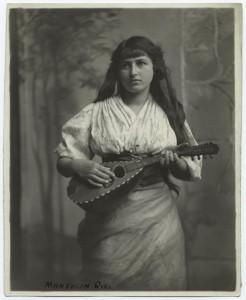 Femme a la mandoline