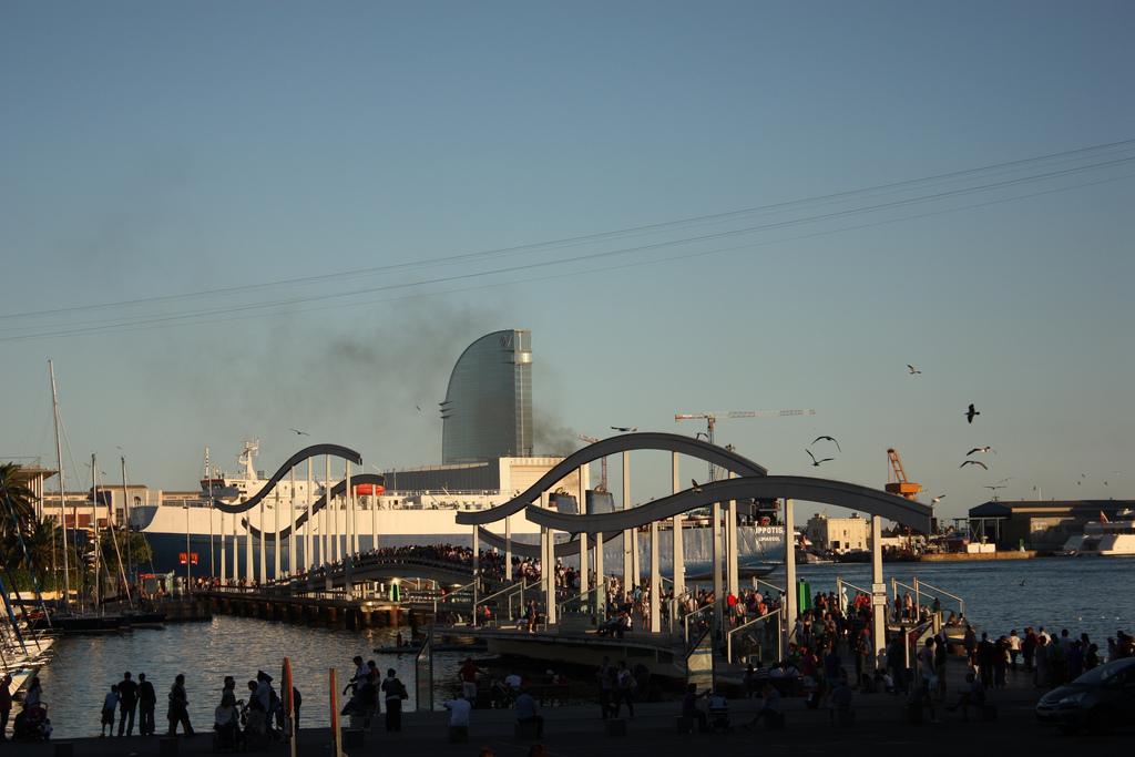 Un cargo entre dans le port de Barcelone