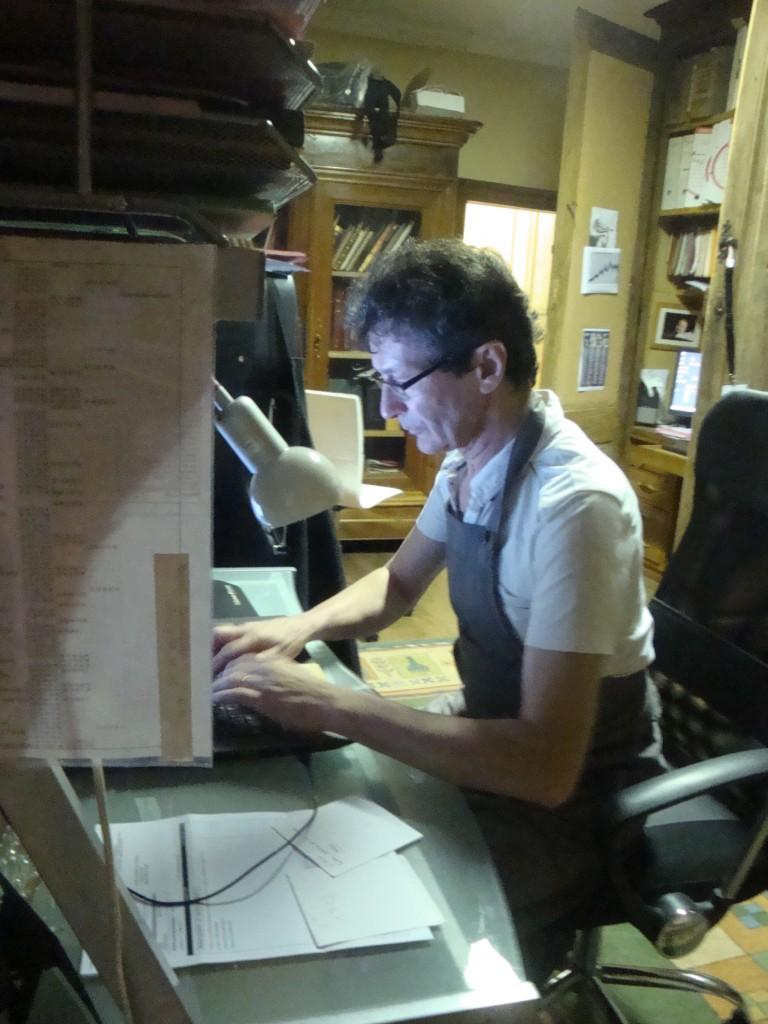 Roland Terrier dans ses travaux d'histoire de la lutherie (juil2014, Mirecourt, cliché H. Claudot-Hawad)