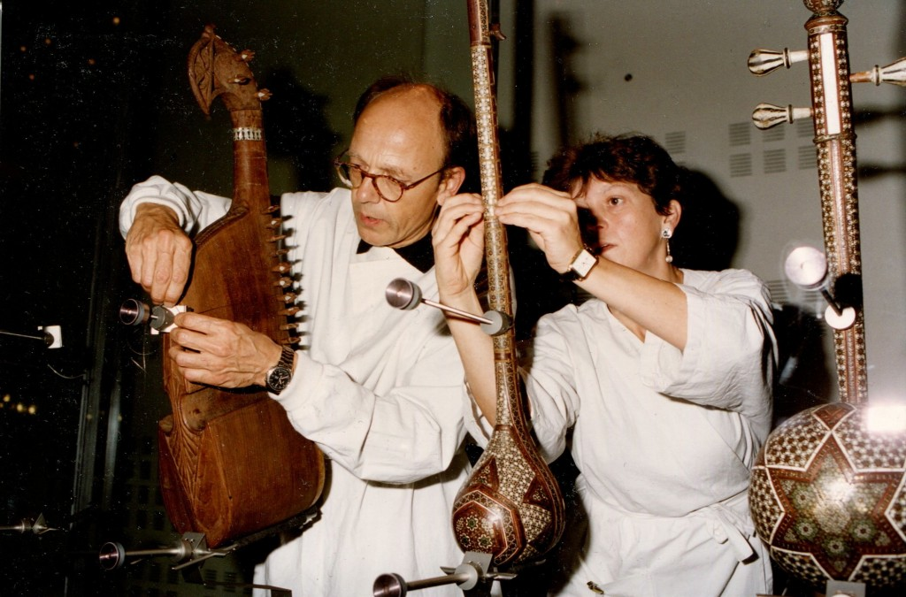 Accrochage des instruments avec Anne Houssay (à droite) au Musée de la musique, Paris, 1996 (coll. A. Houssay)