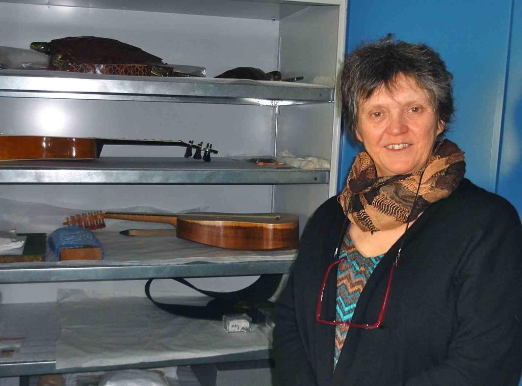 Anne Houssay, luthière, travaillant à la Cité de la musique à Paris