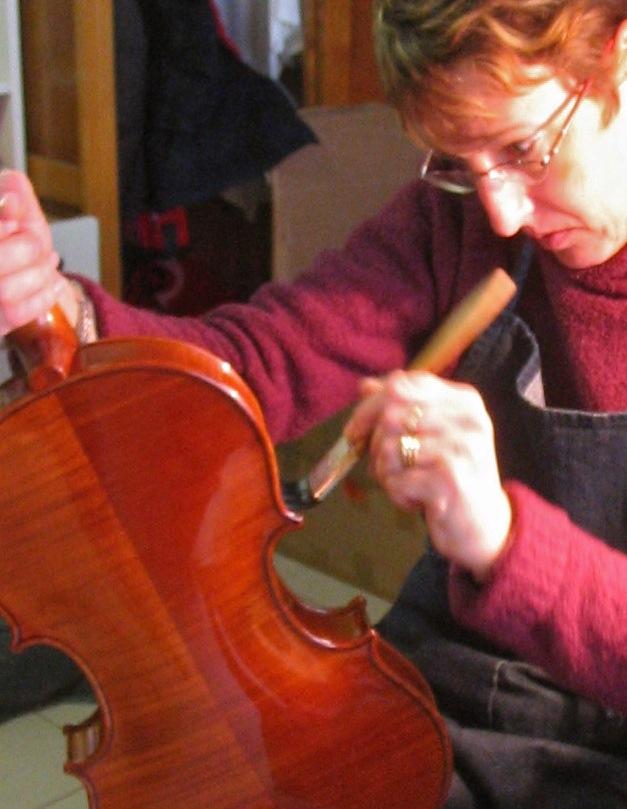 Anne-Sophie Trivin à l'établi, Mirecourt, 2006 (cliché Catherine Baroin)