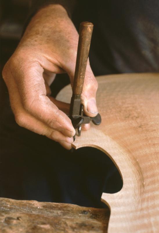 Atelier du luthier Pierre Claudot (1981, cliché H. Claudot-Hawad)
