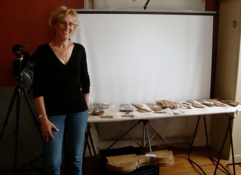 La luthière Anne-Sophie Trivin travaillant sur les collections du musée de la lutherie et de l'archèterie à Mirecourt (2014, cliché HCH)