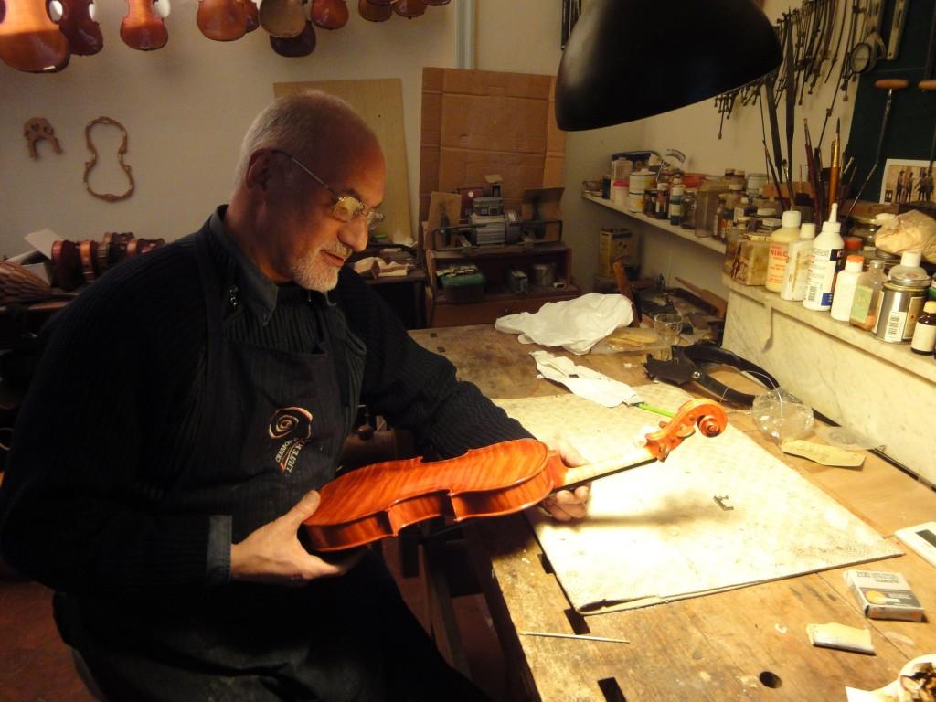 Le luthier Frédéric Bonet dans son atelier à Aix-en-Provence, janv. 2016