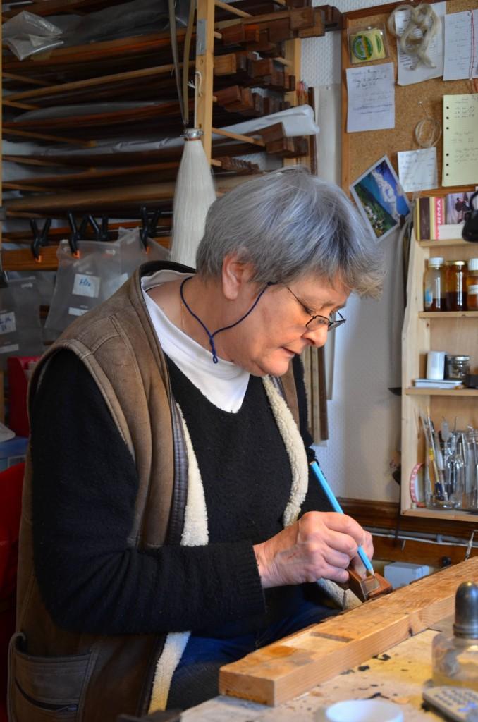 L'archetière Cathy Baroin dans son atelier à Mirecourt
