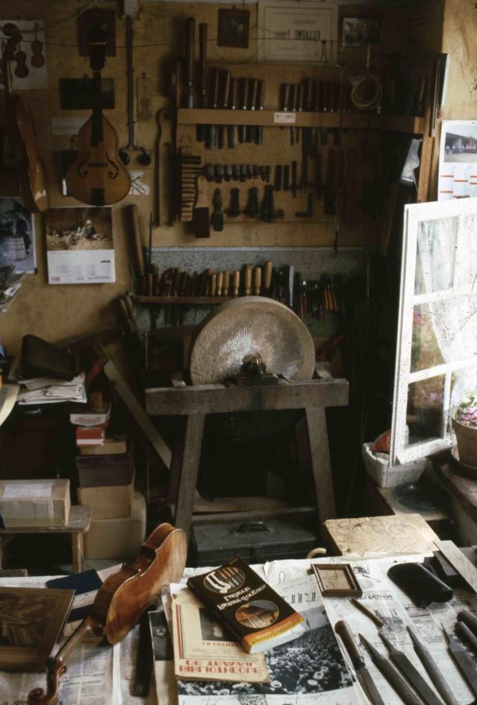 Atelier de Jean Villaume à Mirecourt, 1982 (cliché B. Lesaing)