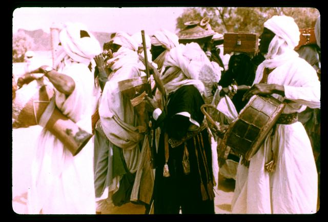 medihal-01064503, Fonds Marceau Gast - Réalité musicale dans l'Ahaggar - Groupe de musiciens jouant du tambour pendant un mariage à Tamanrasset
