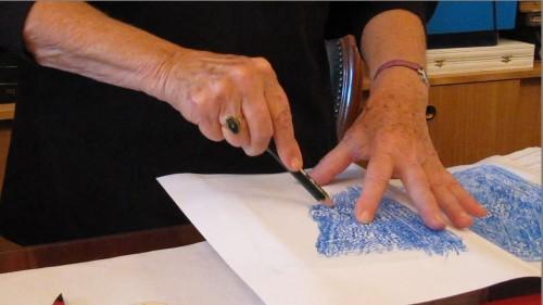 Frottis de reliure à l'aide d'un crayon bleu