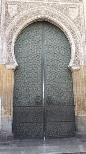 Cordoue - La porte du jardin des orangers © Luc Brogly