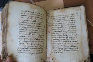 Renforcement du bord interne des feuillets, à date ancienne (16e s.) avec des languettes provenant d'autres manuscrits