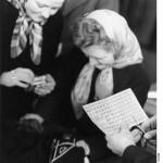 ADN-ZB/Donath Berlin 1949 Ab 1.1.1949 Punktkarten in der sowjetischen Besatzungszone Deutschlands  und in Berlin. UBz.: Einkauf von Textilien auf Punktkarte.