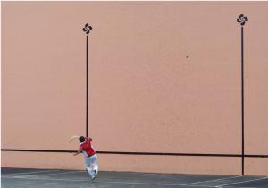 Joueur renvoyant la pelote contre le fronton, photographie de Cendrine Lagoueyte