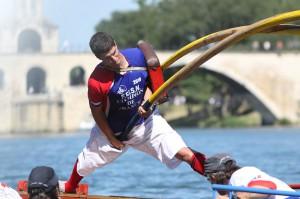 """Armand Darnond, champion de joutes lyonnaises, en position """"jambe tendue"""", photographie de Guy Darnond"""