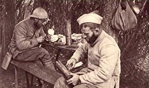 Artisanat de tranchée poilus au travail guerre de 1914-18