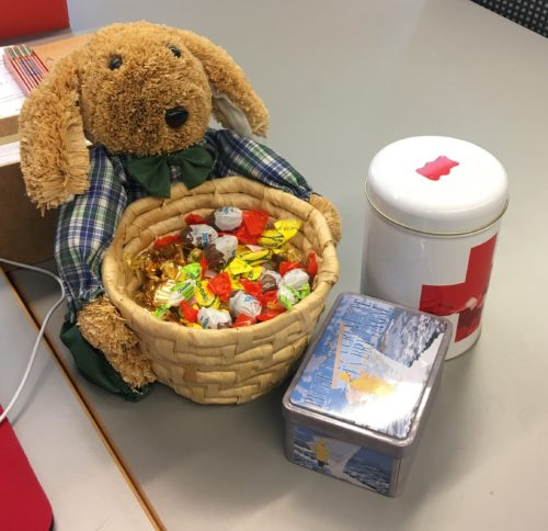 Ceci n'est pas un filigrane, mais un lapin qui offre bonbons et chocolats !