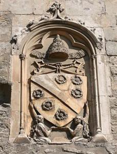 Les armes de Clément VI (armoiries des Roger) sur la Porte Champeaux. (Source: Wikimedia Commons)