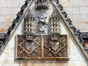 Tympan du portail latéral de l'église de Notre-Dame de la Victoire (Batalha), avec les armoiries de Jean 1er et de son épouse Philippa de Lancaster.