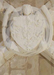 Clef de voûte aux armes de Pierre de Combarel. Beaumont, église Notre-Dame.