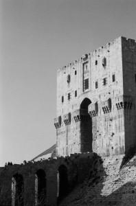 Vue de l'entrée monumentale de la Citadelle d'Alep. Photographie de l'auteur.
