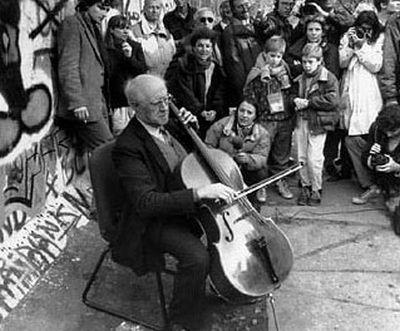 Rostropovich sotto il muro di Berlino