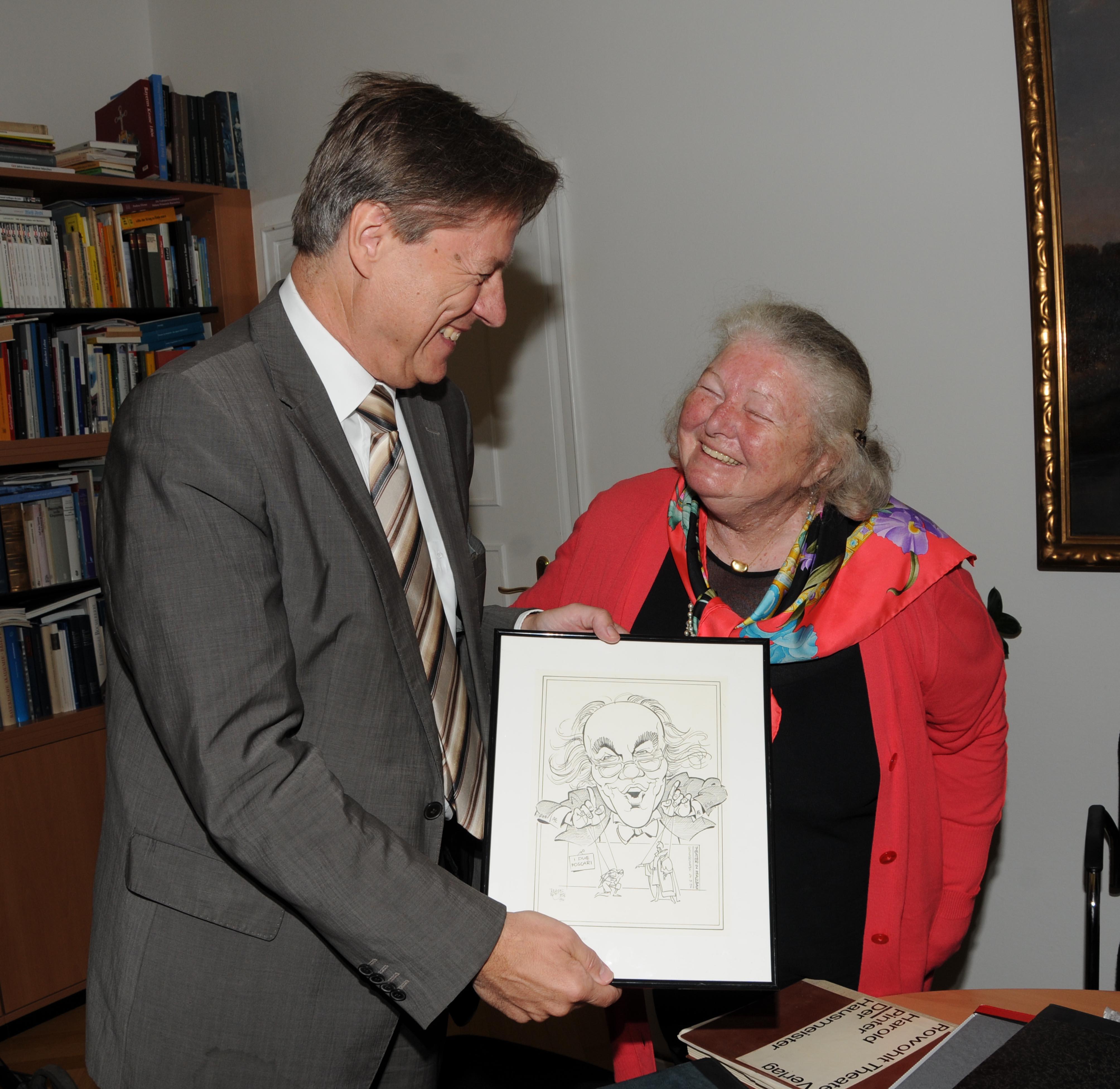 Foto: Dr. Gustava Everding und Dr. Michael Stephan, Leiter des Stadtarchivs, bei der Übergabe des Nachlasses von August Everding (1928–1999)