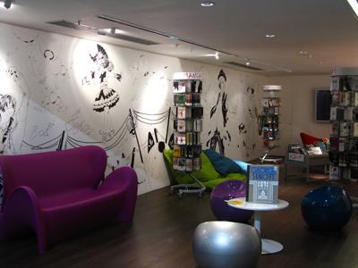 """Le """"Salon graphique"""", un espace dédié à la bande dessinée à la Bpi depuis janvier 2013 Source : site de la Bpi (Bibliothèque publique d'information Centre Pompidou, Paris)."""