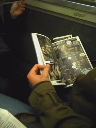 """Les transports en commun, des espaces mobiles devenus """"ordinaires"""" pour la lecture de bande dessinée Source : blog La voi(e)x du fou, 15 novembre 2011."""