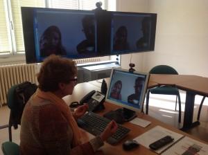 Brigitte Gruson pilotant la vidéo-conférence