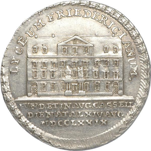 """Abb. Medaille von Johann Conrad Körner """"Landgraf Friedrich II. – Einweihung des Lyceum Fridericianum in Kassel"""", 1779, Münzkabinett, Staatliche Kunstsammlung Dresden, Inv.-Nr. BNB6252, Online collection: http://skd-online-collection.skd.museum/)."""