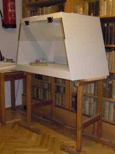 Unter dieser Absauganlage werden in der Priesterhausbibliothek die Bücher gereinigt