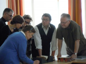 Die Kursteilnehmer bei der Arbeit an Alten Drucken