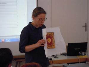 Sonja Führer stellt einen besonders schönen Einband aus der Stiftsbibliothek St. Peter vor